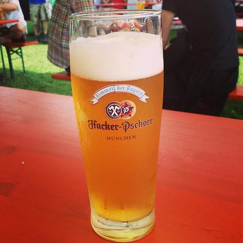 ドイツ人は陽気でいいね。 3杯目なう。