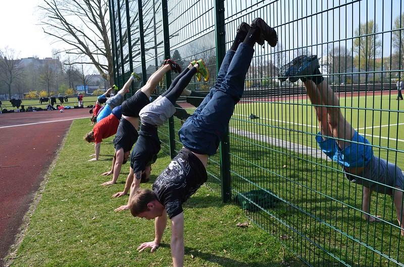 foto de los chicos haciendo handstan durante el entrenamiento al aire libre