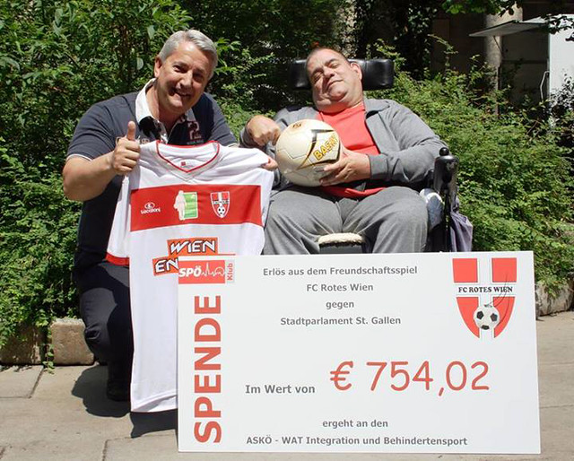 Gemeinderat Ernst Nevrivy und Erich Mecl mit Spendenscheck