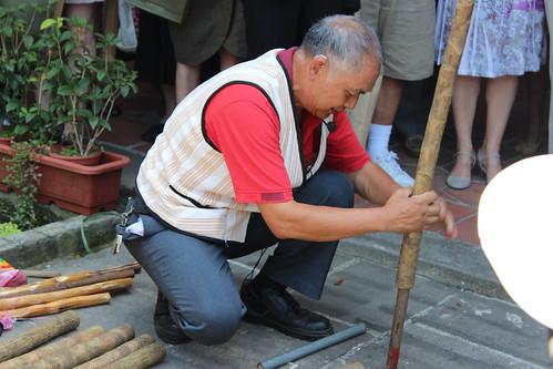 泰雅族長老示範通脫技術。