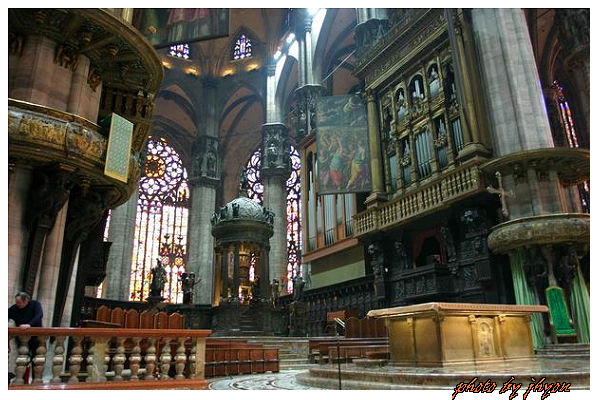 1108878335_教堂主祭台