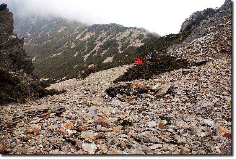 南峰下碎石坡