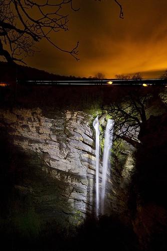 Cascada Gujuli Iluminada