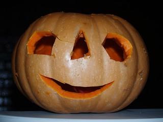Cortando calabaza para celebrar Halloween en Noblejas