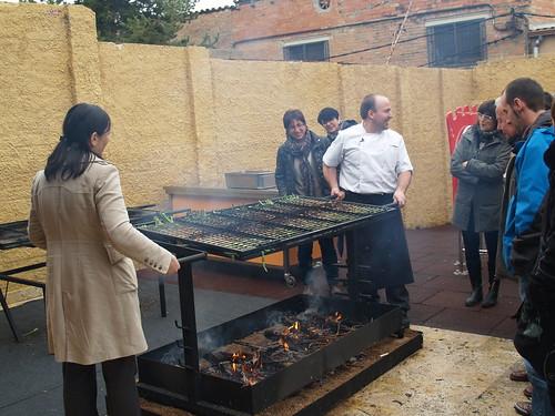 A la reunió de les entitats, empreses i institucions que participen en el primer Recapte d'Aliments-Calçotada Solidària en benefici d'El Sarró es va mostrar als assistents les noves graelles del restaurant El Morter per coure calçots.