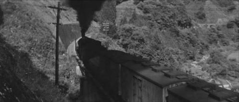 56−夏井川沿いの上り勾配をゆく貨物列車