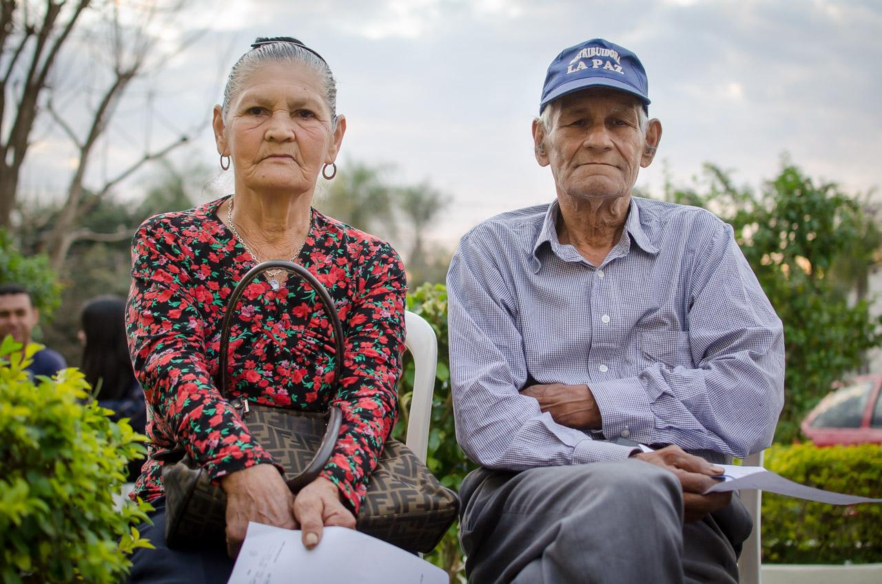 El señor Adolfino y su esposa son unos de los primeros en ser atendidos en la mañana del segundo día de consultas oftalmológicas gratuitas. Se presentaron a las 2 de la mañana frente a la clínica para formar una pre-fila para recibir los primeros números de orden. (Elton Núñez)