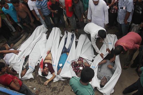 Cinco muertos y 19 desaparecidos en estrepitoso accidente de bus en Bangladesh