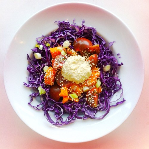 Sweet potato week. Recipe n.3: tomatoes, red cabbage, 1/3 of a roasted sweet potato, sesame seeds, spring onions, hummus, extra virgin olive oil, cider vinegar. #salad #salads #saladjam #saladlunch #saladpride #health #healthy #healthydiet  #nutrition #nu