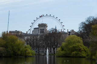 Vue sur le Foreign and Commonwealth Office Building et la grande roue London Eye depuis le St Jame's Park