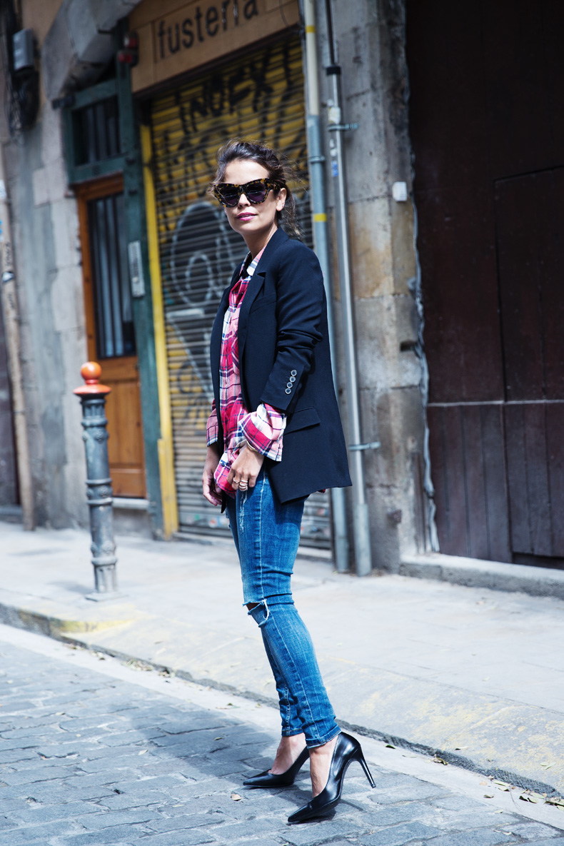 Barcelona_Travels-Belbake-Travels-Plaid_Shirt-Ripped_Jeans-Outfit-Street_Style-Collagevintage-25