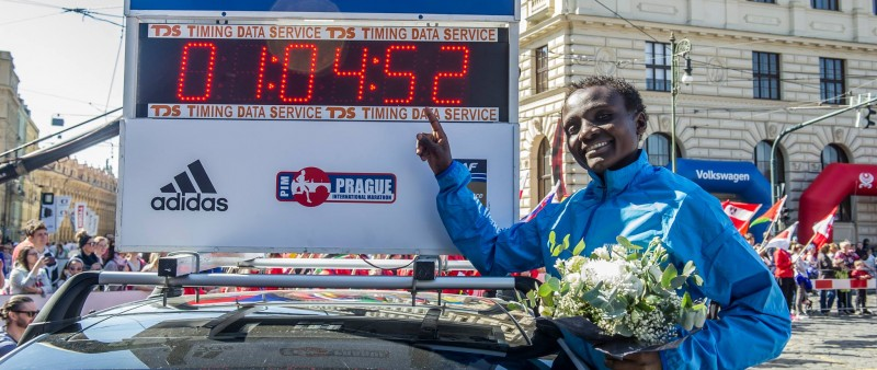 Pražský půlmaraton má ženský světový rekord, Keňan Homoláč zaběhl i Štefkův nejlepší čas