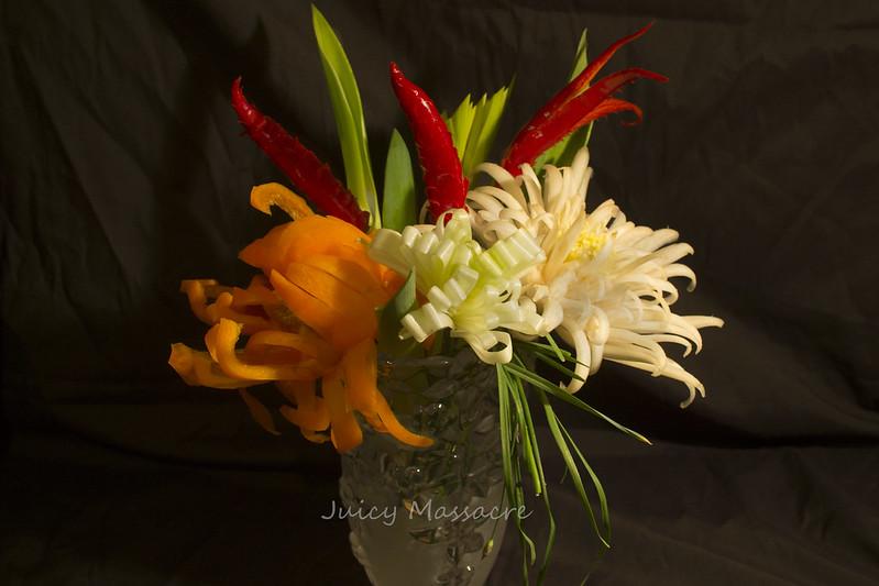 Цветы из болгарского перца, пекинской капусты и прочее в стеклянной вазе