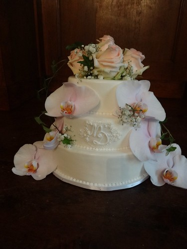 Fresh Flower Wedding Cake by CAKE Amsterdam - Cakes by ZOBOT
