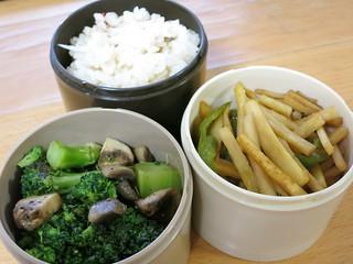 ブロッコリーとマッシュルームのソテーとジャガイモとししとうの炒め物
