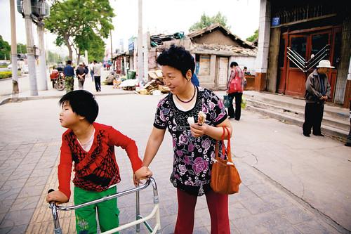 Wenjun passeggia con la sua mamma