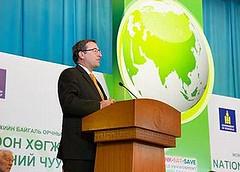 2013年6月4日,聯合國環境規劃署署長Achim Steiner於蒙古烏蘭巴托綠色發展會議發表談話(照片由聯合國環境規劃署提供)。