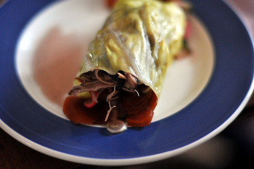 Nordisk pulled pork i rulle af spidskål med syltede grøntsager med solbæreddike