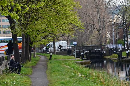 Am alten Kanal macht ein Angestellter Mittagspause.