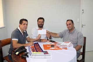 Hertz Malagutti Vitória, ao centro, assina filiação ao Solidariedade