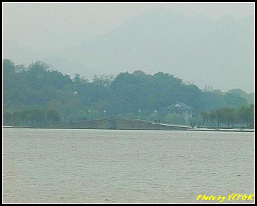 杭州 西湖 (其他景點) - 052 (湖濱路的湖畔看西湖白堤上的錦帶橋及背景 孤山)