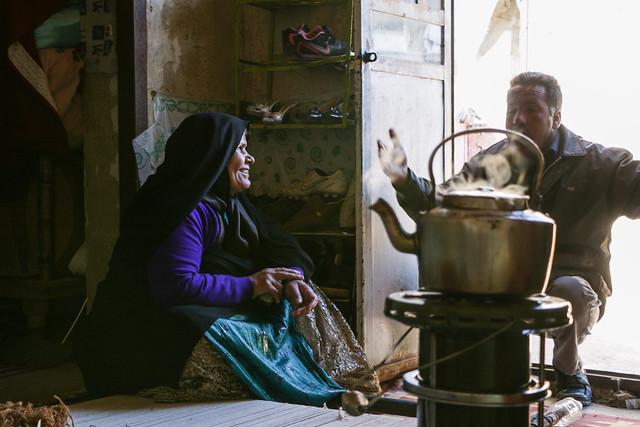 Qashqai people talking in a local house, Firuzabad, Iran フィールーズ・アーバード、民家で談笑するカシュガイ族男女
