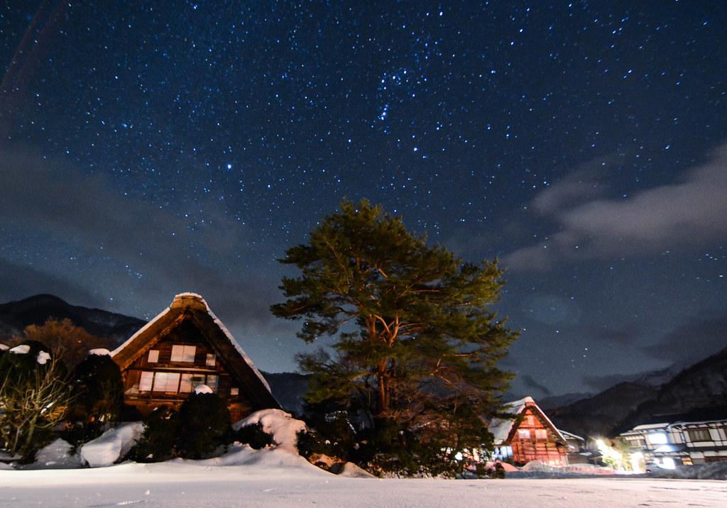 雪積もる白川郷の星空