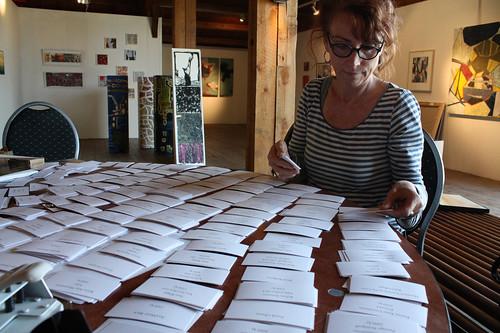 Helena Elfgren sorterar alla kort som hör till utställningen på NP33.