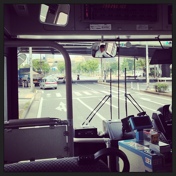 Photo:寄り道しすぎで15時にチェックイン予定が20分遅れ。荷物だけホテルに置いてすぐにスタジアムへ出発。西小倉まで歩くつもりだったが、バスが来たので乗る。百円だしね。 By double-h_by_phone