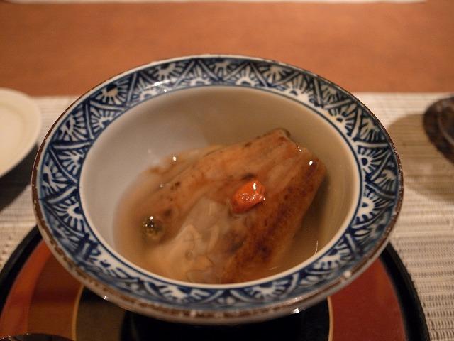 <p>e)煮物は茄子と鰻とフキが餡で閉じられてました</p>