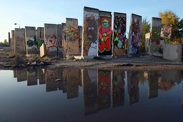 Porciones apiladas en un parque de Berlín Muro de Berlin, viajero mundial por la paz - 9700904854 b67b5c7f07 z - Muro de Berlin, viajero mundial por la paz