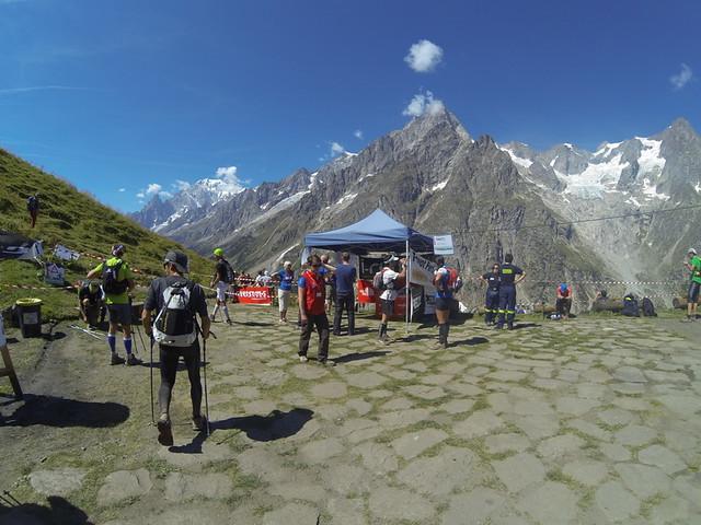 Η θέα των κορφών του Mont-Blanc από το Bonatti. Στο βάθος της κοιλάδας, 12χλμ μετά, το Courmayer! (c) Τάκης Τσογκαράκης