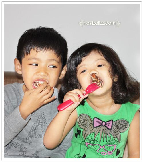 10002164604 42970f9e61 o makan kek batik bersama adik dan abang