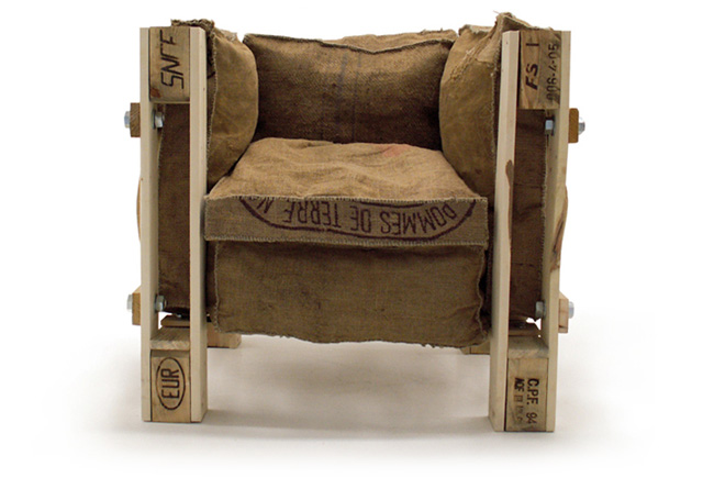 le corbusiers grand confort chair remixed with euro pallets nerdcore. Black Bedroom Furniture Sets. Home Design Ideas
