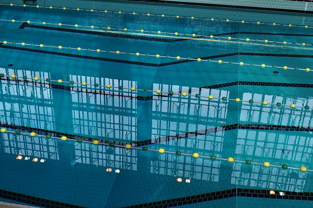 Reflets dans les lignes du bassin piscine juda que 1934 for Piscine judaique