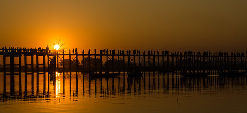 bridge sunset shadow sun reflection yellow gold golden asia asien sonnenuntergang burma clear gelb myanmar brücke schatten birma spiegelung mandalay amarapura ubeinbridge reflektionen taungthamanlake ubeinbrücke nikond7000