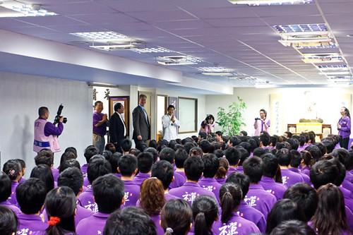 佛教如來宗大學團200多位同修代表,在台北南京東路的如來精舍禪堂內,歡迎洛克菲勒主席與肖會長的參訪。