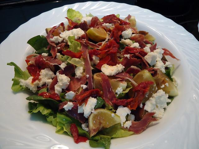 Se convertirá en tu ensalada favorita: es de higos, jamón, queso de cabra y tomates secos