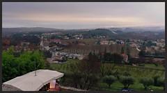 Vue de Vézénobres depuis les hauteurs, avant le départ de la course, en contrebas les stands et la ligne de départ - Photo of Aigremont