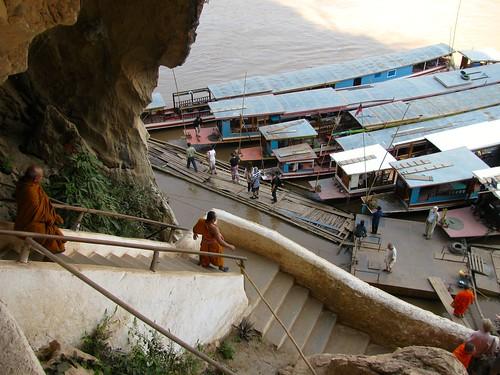 Monjes descendiendo hacia el embarcadero