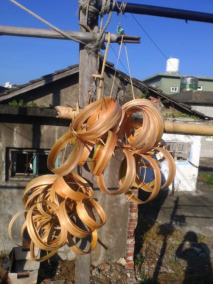 吊掛晾曬中的月桃葉鞘莖片