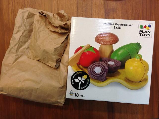 從盒裝裡拿出來,蔬果切切樂會先以紙袋裝著@PLAN TOYS蔬果切切樂