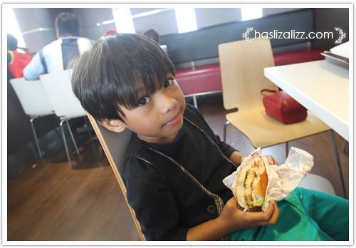 9233400443 4bb0fdb1cb Makan KFC dengan sara & Uwais