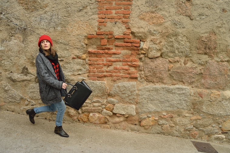 lara-vaquez-madlula-casual-look-streetstyle-red-beanie-winter-fashion-blogger