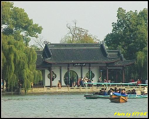 杭州 西湖 (其他景點) - 367 (西湖 湖上遊 往湖心亭 背景是小瀛洲上的三潭印月亭)