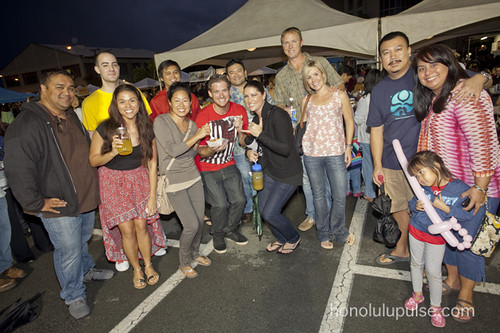 Honolulu Pulse captured us in the Ramen Burger line!