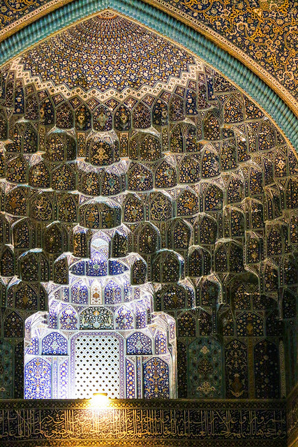 Gorgeous muqarnas decoration of Imam mosque, Isfahan イスファハン、王のモスクのムカルナス