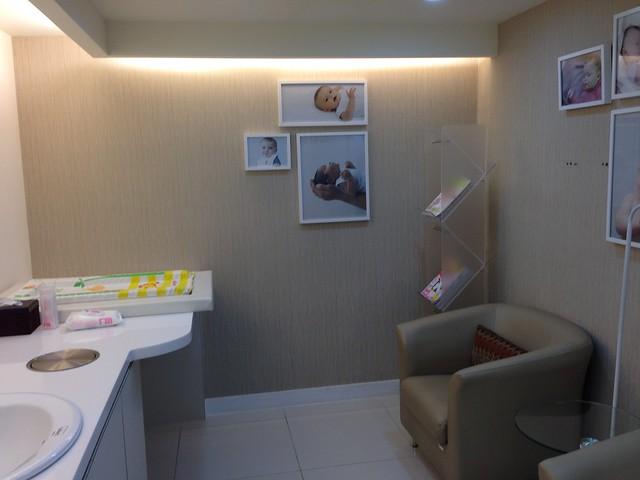 哺乳室一角,有尿布台和舒適的小沙發@mothercare敦南旗鑑店大採購
