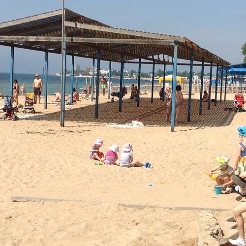 Тут стало модно постить фотки пустых крымских пляжей, на которых одни военные, ну и я не отстану))) 10 утра, Евпатория, конец мая, пляж на самом краю набережной, то есть не центральный #крым  #евпатория