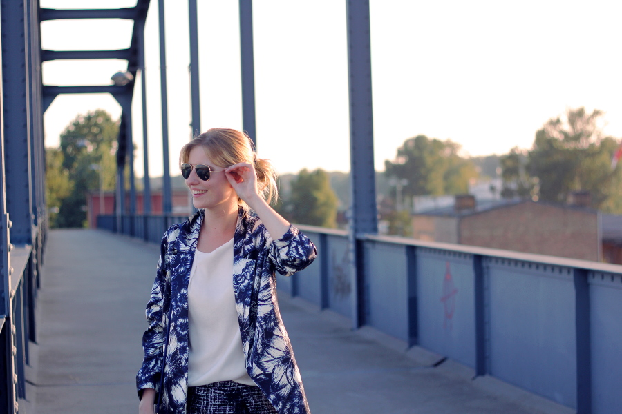 outfit-blue-laugh-shorts-checked-blouse-lights-jacket-blond